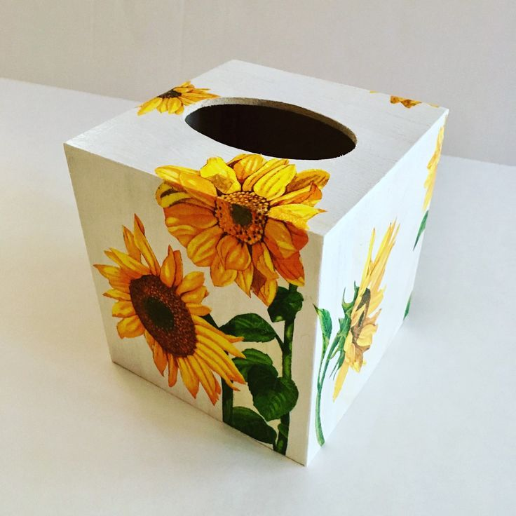 Pretty from every angle! Bright and cheerful sunflowers all around this rustic tissue box cover 💐🌈