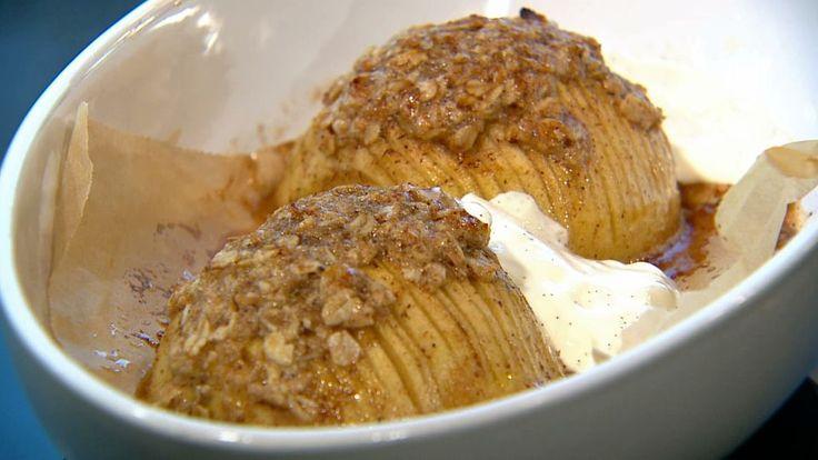 Æble hasselback med vanilje creme er en lækker dansk opskrift fra Go' morgen Danmark, se flere grøntsagsretter på mad.tv2.dk