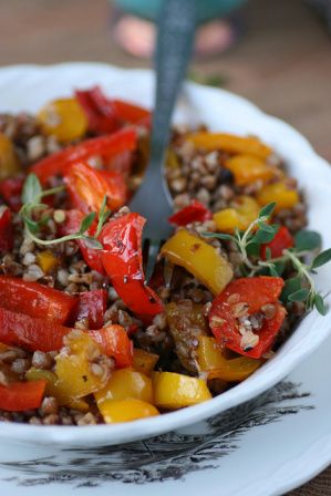 Warm buckwheat salad with roasted peppers (recipe in Estonian)