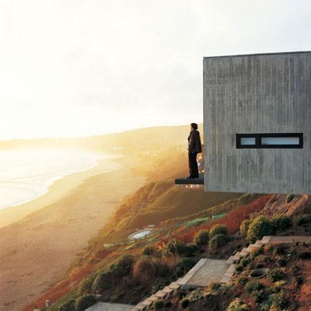 Es cerca del Océano Pacífico , y se sienta en una colina. No se encuentra en Santiago , pero está muy cerca de santiago .