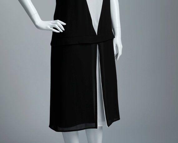 Este art déco inspirado vestido es súper chic. Es hecho a mano de telas de Gasa negras y blanco roto y ha panel decorativo blanco en el cuerpo delantero, que coincide con el blanco plisado de panel de la parte delantera de la falda. En un lado de las caderas cuelga un pequeño