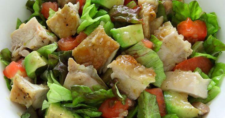 大ぶりに切ったグリルチキンが、ゴロゴロ入ったサラダ!チキンを焼いてしまえば、あとは野菜と和えるだけの簡単レシピです♪