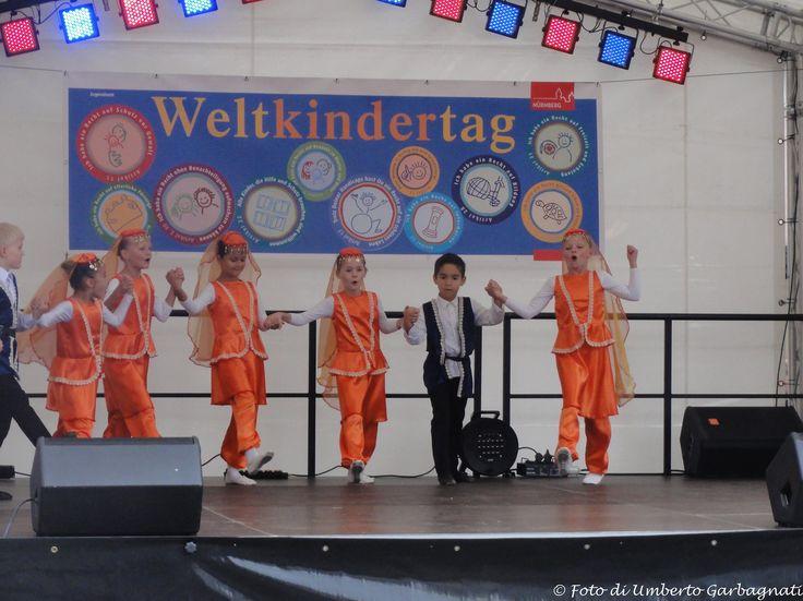 """... coreografia  di ragazzini sul palco alla festa """"Weltkindertag"""" (giornata mondiale dei ragazzi) - Nürnberg (D) - 20 set 2015 - © Umberto Garbagnati -"""