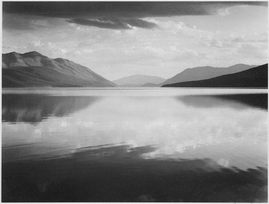 """""""Vue sur le lac en direction des montagnes"""". Le lac McDonald du parc national Glacier, dans le Montana. (Adams/US National Archives)"""