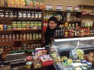 Сын экс-президента Отунбаевой открыл магазинчик на рынке, и сам стоит за прилавком (фото)