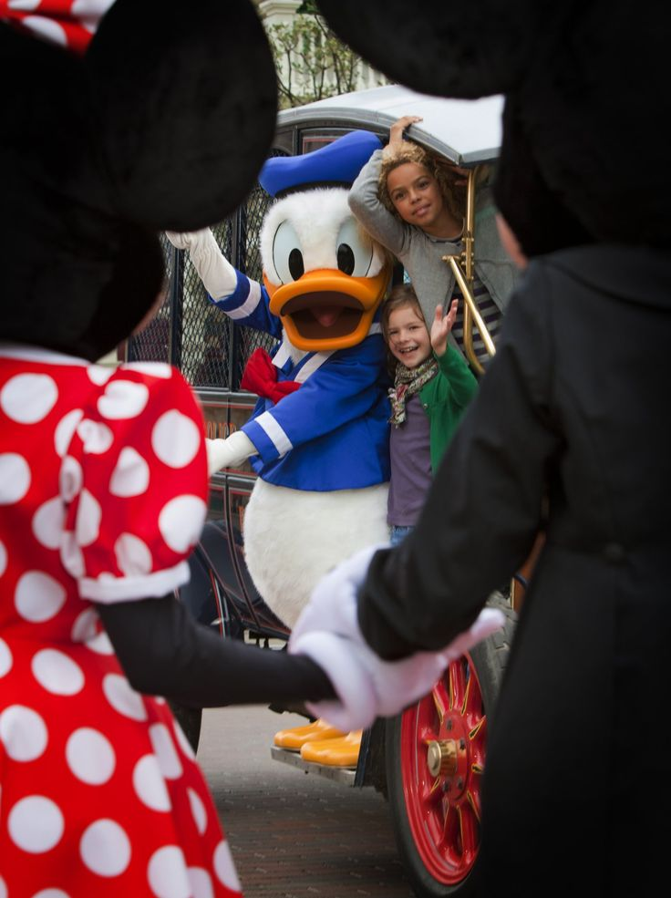 Disneyland Park, Main Street U.S.A - Young Guests With Donald Duck In Front Of Minnie & Mickey Mouse, Disneyland Paris