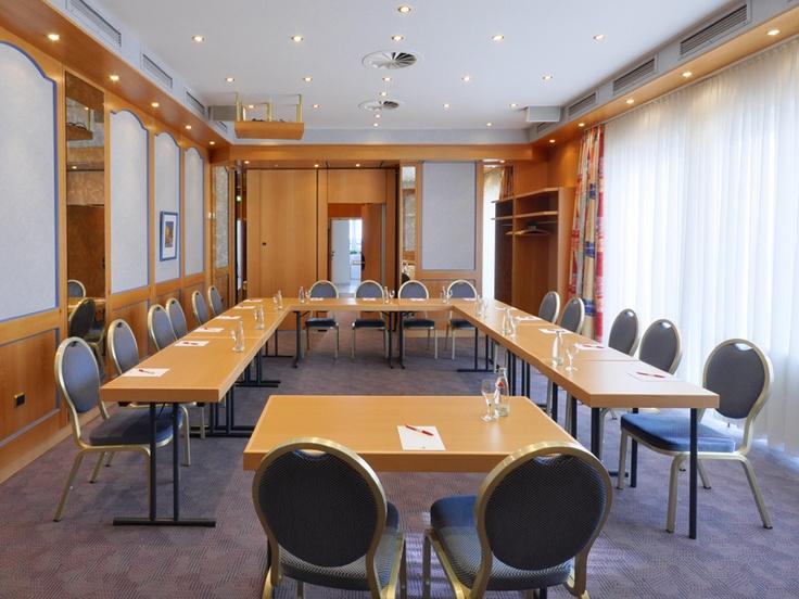 Drei modern ausgestattete Tagungsräume bieten Platz für 3 bis 30 Personen, haben Tageslicht und sind verdunkelbar. Auf Wunsch stehen Ihnen umfangreiche technische Hilfsmittel zur Verfügung. Nutzen Sie unsere günstige Tagungspauschale. Gerne beraten wir Sie und finden Lösungen für Ihre individuellen Wünsche.