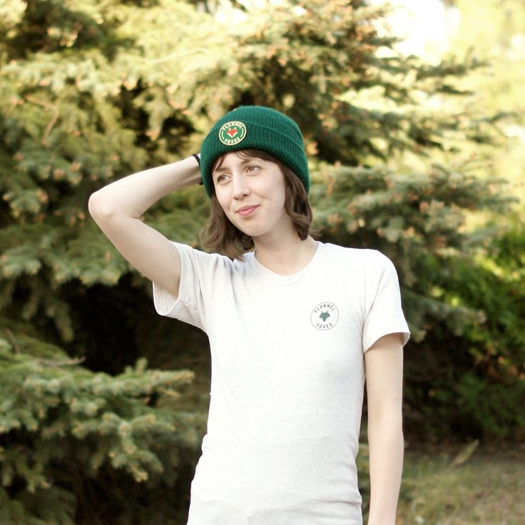 This cozy, lightweight forest green toque is perfect for winter weather or a cool spring day. It features a high quality green Flannel Foxes 2'' patch.
