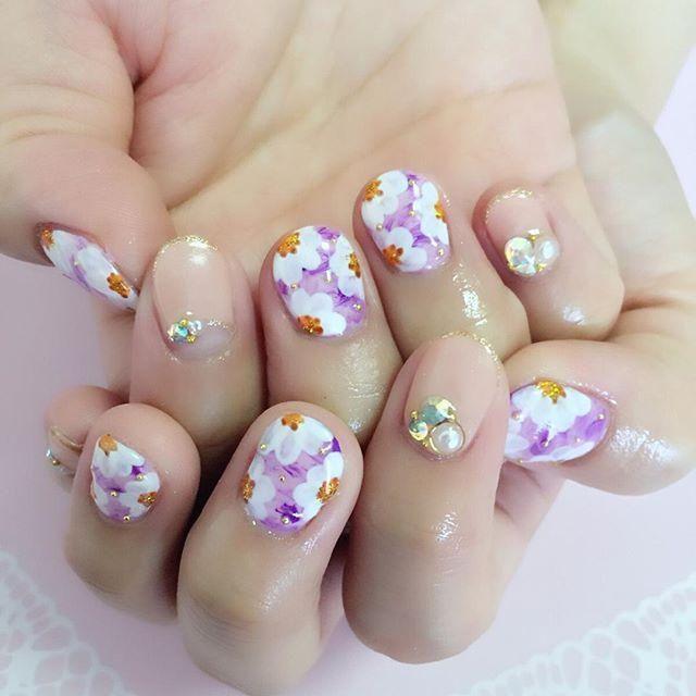 小ぶりな花がキュートなラウンドフラワー♡両家顔合わせ・結納にぴったりなパープルネイル♪
