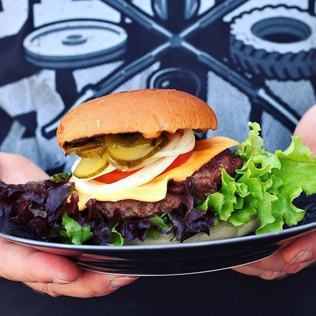 Det blev grillade burgare till lunch🍔✌🏻️😍 vi grillade bröden som alltid och smörade in dem med vitlökssmör m u m s 🤗 #hamburgare#burger#bbq #vitlök#smör#grillad#f52grams#sås#recept#bröd
