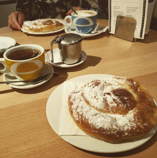 Empezar el día con buen pie y con energía, que nos queda mucho por disfrutar  Gracias a todos por compartir vuestros momentos  #repost #mokafun #barcelona #foodlover #Barcelona #desayuno #breakfast #ensaïmada #yum #food #foodie  @tvaroglu