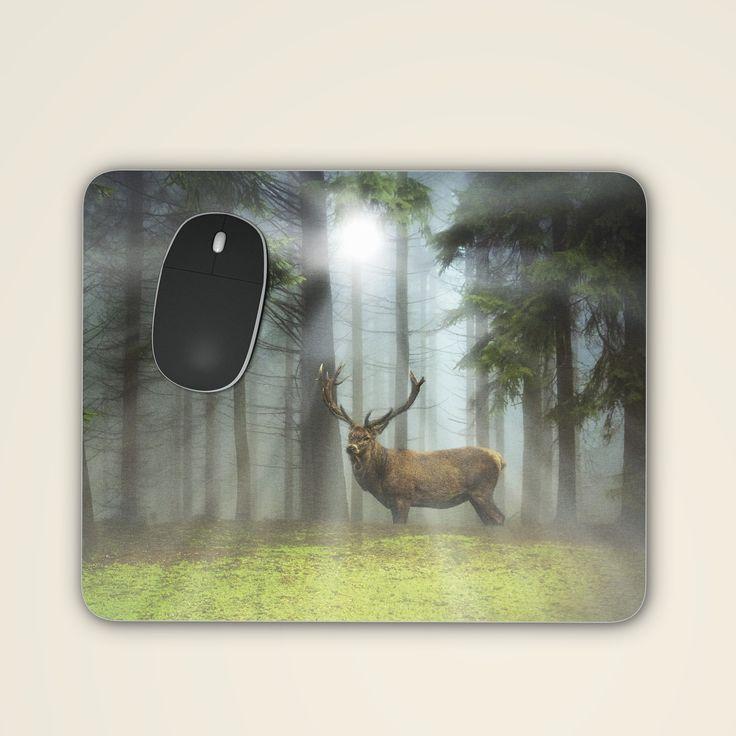 Das stimmungsvoll bedruckte Mousepad mit Hirsch am Waldrand gewährt Ihnen eine kleine Auszeit am Arbeitsplatz. Geben Sie Ihrer Maus mit diesem zauberhaften Blickfang auf Ihrem Schreibtisch ein neues Zuhause. Oder schenken Sie Freude mit...