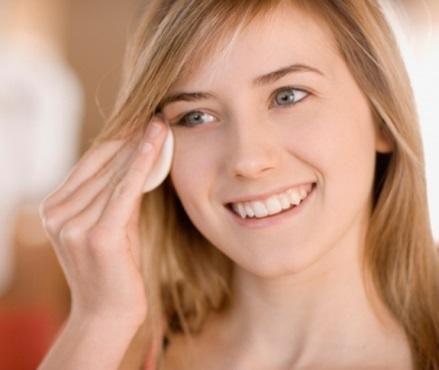 Cómo hacer un tónico facial casero. Aplicar el tónico facial es un paso importante en la rutina diaria de cuidados de la piel del rostro, ya que es un producto ideal para refrescar el cutis, ayudar a cerrar los poros y, en definitiva, p...