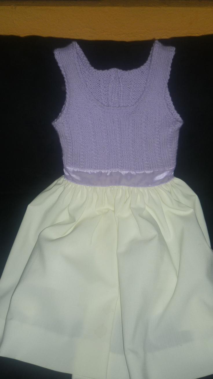 Vestido combinado que tiene una parte tejida y la otra con tela, realizado manual y hecho a la medida.