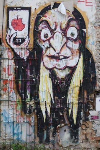 Gare à toi, la méchante reine de Blanche-Neige propose une nouvelle variété de pommes pour te séduire... / Street art. / Berlin. / Allemagne. / Germany. / Photo by Dördy Moses.