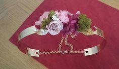 Cinturon con cintura metalica dorada con flores preservadas rosa, burdeos y verde y hojas de terciopelo