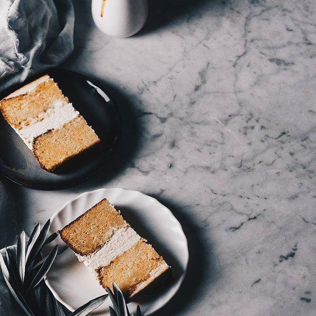 Vegan carrot cake and salted caramel ••• Deliciosa tarta vegana de zanahoria y glaseado de caramelo salado,  toda una delicia el contraste del bizcocho suave y esponjoso con el caramelo salado,  una combinación increíble,  sin duda la volveré a hacer!! #bakealvarofood