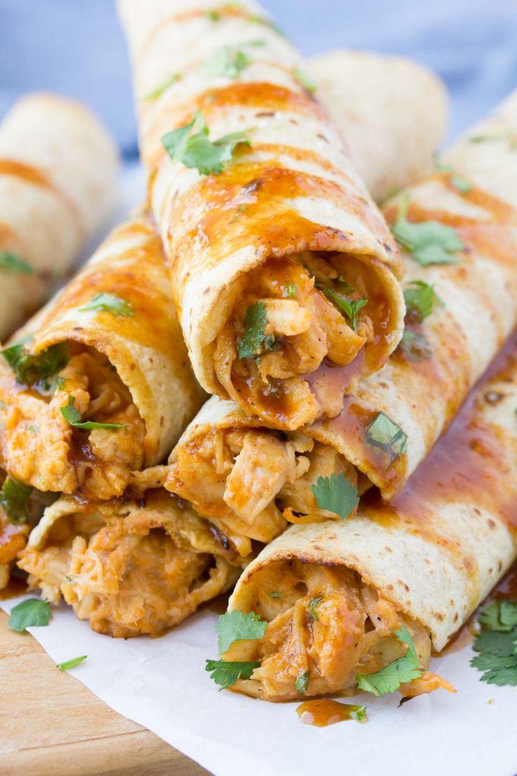 Fácil Honey BBQ Chicken Taquitos olla de cocción lenta, llena de una mezcla cremosa de pollo, queso, crema de queso y salsa barbacoa casera!  Esta receta de pollo al horno taquito se hace más fácil con la ayuda de su olla de barro!