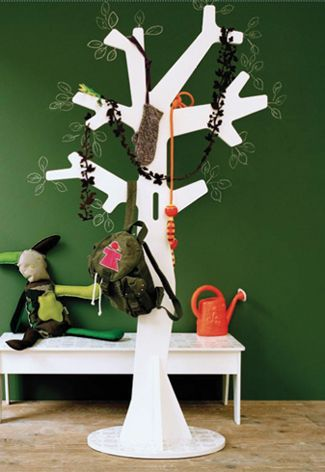 Kapstokken voor de kinderkamer in de vorm van een boom.