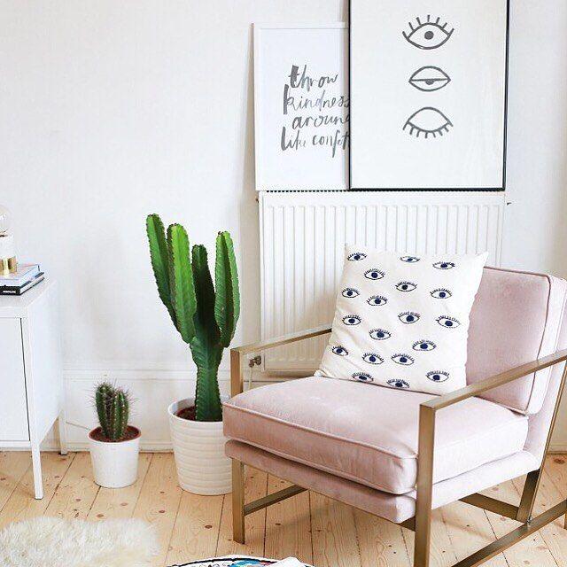 Я наблюдаю за тобой 👁 Вдохновение от Katelavie.com И, к стати, отличный пример использования модного цвета rose quartz в интерьере. О нем и других тенденциях можно почитать на ✖️hellohomeit.com✖️ #дизайнинтерьера #скандинавскийдизайн #interiordesign #homeitinspiration #scandinaviandesign #restplace #rosequartz #posters