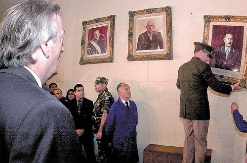 24 de Marzo de 2004: El Presidente argentino Néstor Kirchner ordena al jefe del Ejército, general Roberto Bendini, descolgar los cuadros con las fotos de los ex dictadores Rafael Videla y Reynaldo Bignone.