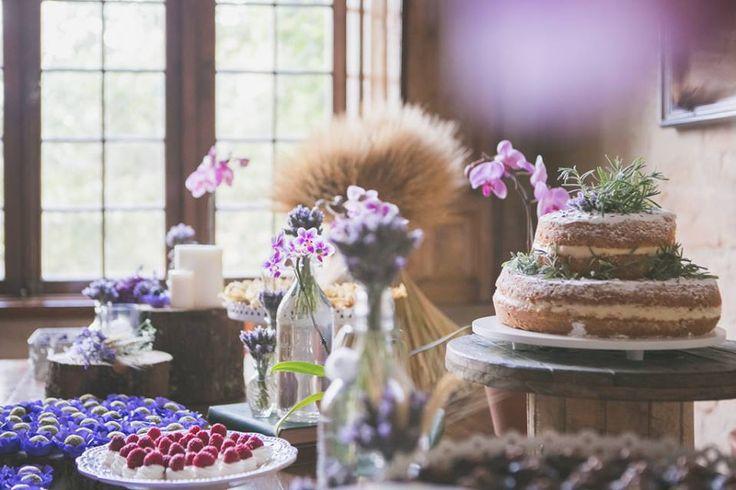 Mesa do bolo em tons de lilás com lavandas, orquídeas, trigo e um naked cake maravilhoso