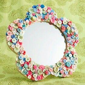 Un lindo espejo hecho por botones