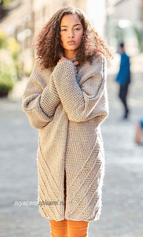 Описание как связать спицами модное пальто. Стильное пальто в стиле оверсайз выполнено лицевой гладью и рельефным геометрическим узором.
