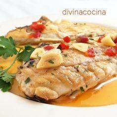 Estos lomos de dorada a la bilbaína con pimientos se preparan en pocos minutos. Es un plato ligero y fácil que puede hacerse con otros pescados blancos.