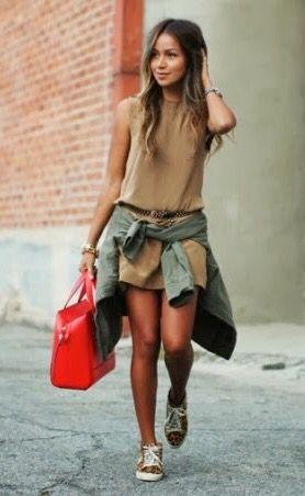 Truque de Moda: Amarrar a Camisa na cintura, por cima dá roupa dá um toque super cool e descolado, além de ser super fácil! Camisa/Tênis/Bolsa Vermelha/Tons Terrosos