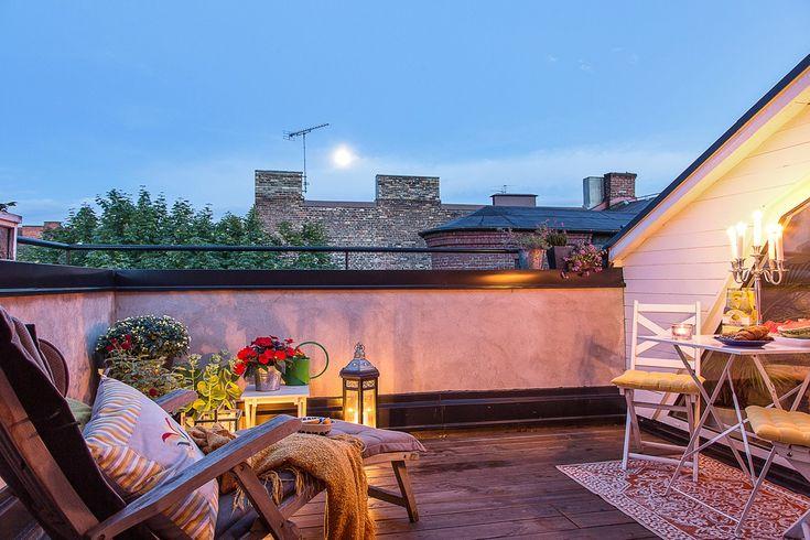 Ta chansen att förvärva ett drömboende i denna vackra sekelskiftesfastighet! Här bor vi på ett av Malmös bästa lägen i en bra förening med låg avgift. Exklusiva materialval genomsyrar detta boende i etage som bjuder på tre till fyra sovrum, två badrum, balkong, fransk balkong och takterrass. Det kan knappast bli bättre!