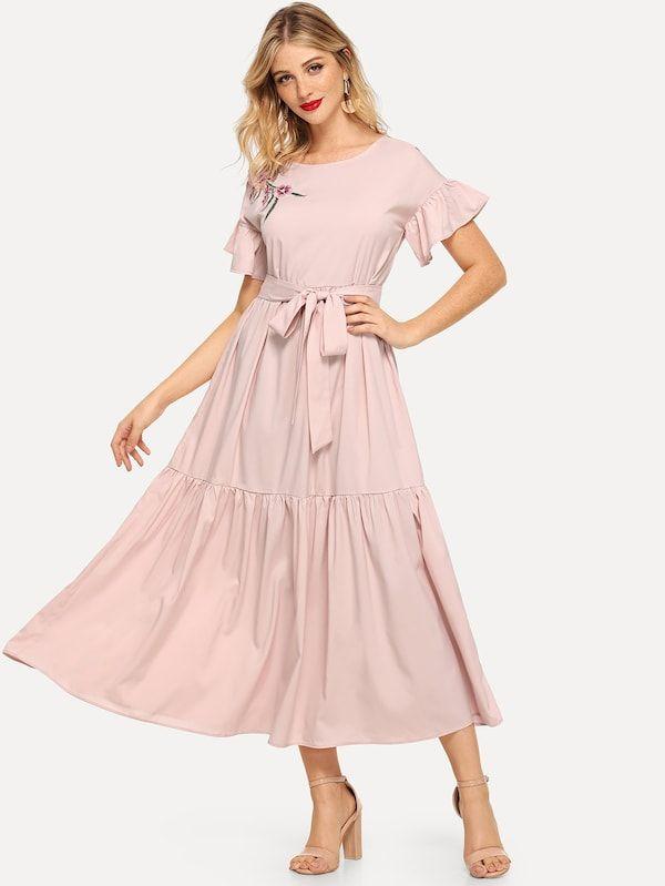 Selbstbesticktes, geblümtes, gestuftes Kleid mit Gürtel   – Walk-in Closet