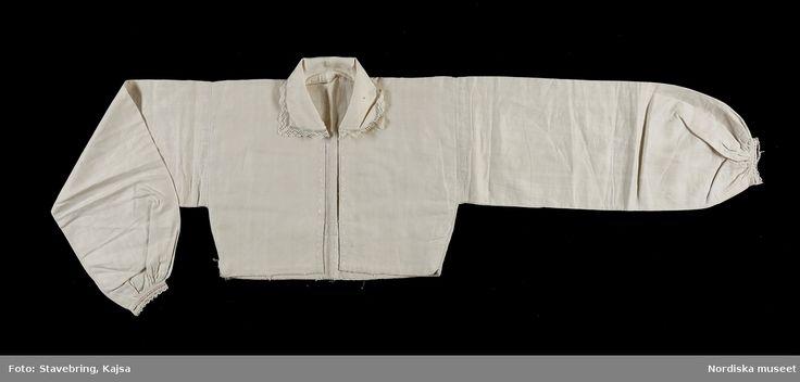 """SE Östra Göinge """" Överdel, vitt linne, foder grövre linne; broderier, krage kantad med uddspets; osv."""