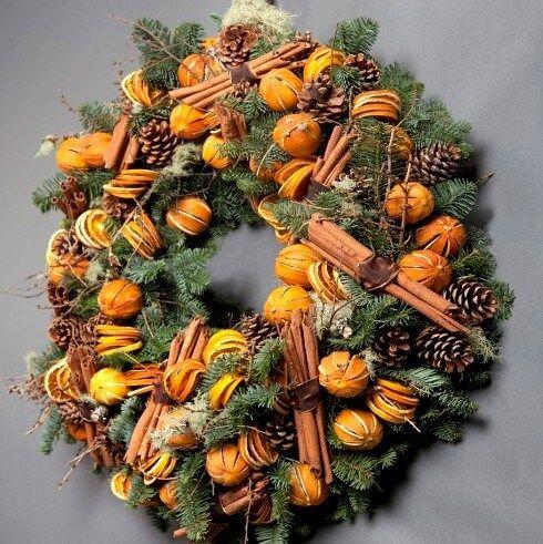 Яркий и ароматный новогодний венок с живыми еловыми ветками, засушенными апельсинами и настоящей корицей! Можно повесить на дверь или использовать как украшение праздничного стола.