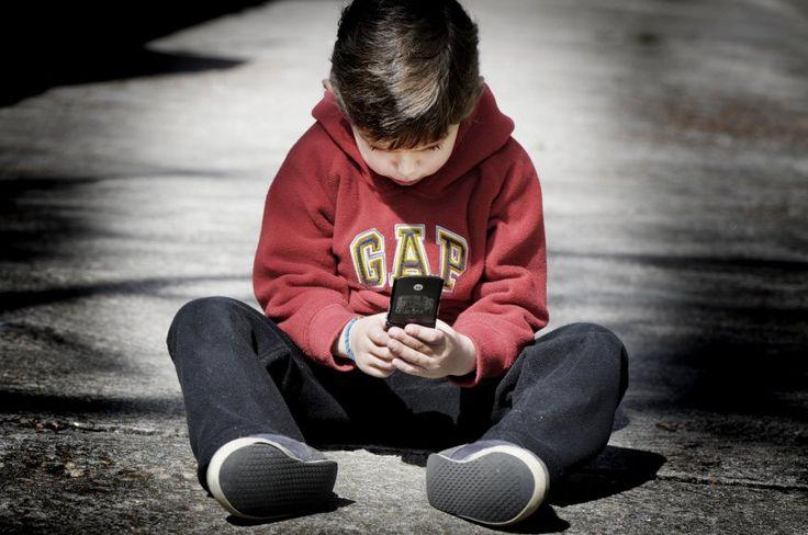 Los niños y el celular: cómo regular su uso. Los dispositivos tienen funciones para controlar los contenidos que pueden ver los niños.