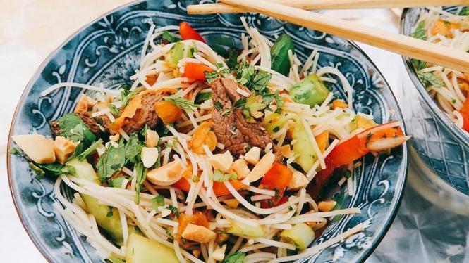 Vietnamese maaltijdsalade met geroosterde biefstuk