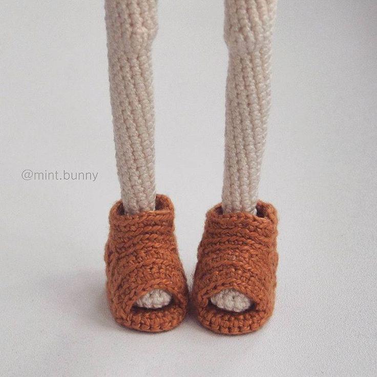 Новые наработки! Такого у меня ещё не было Там пятка тоже открытая, но мне лень было красиво это фотографировать. #mintbunny_фотоног #crochetdoll #doll #вязанаякукла #weamiguru