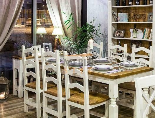 Christmas meeting in a beautiful setting. Wooden tables and chairs for dining. Drewniany stół i krzesła do jadalni. #rustykalne #białe #aranżacje #dekoracje