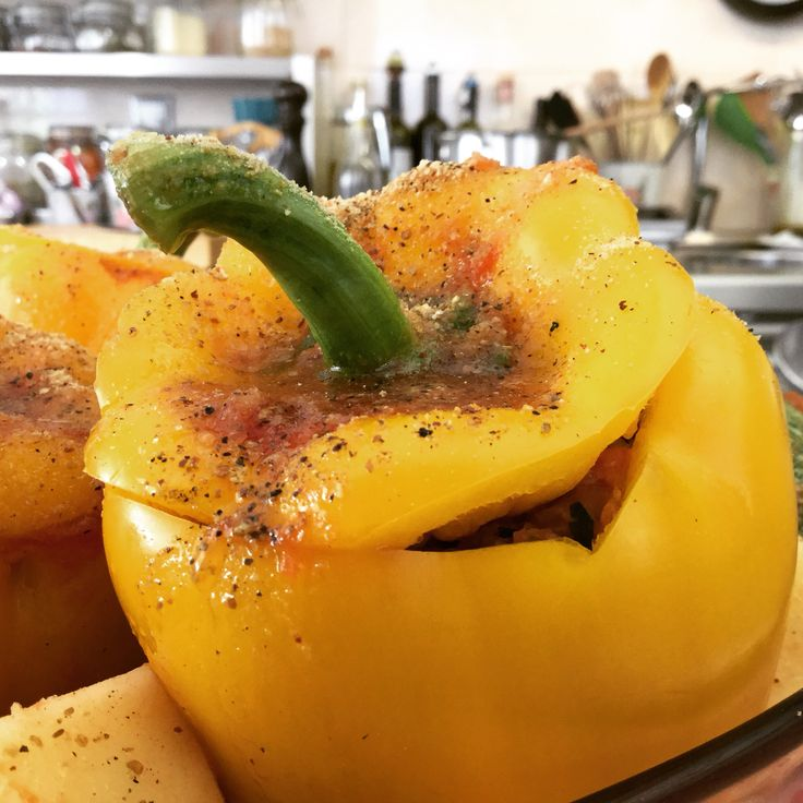 Hello bell Peppers stuffed with rice, pine nuts and currants