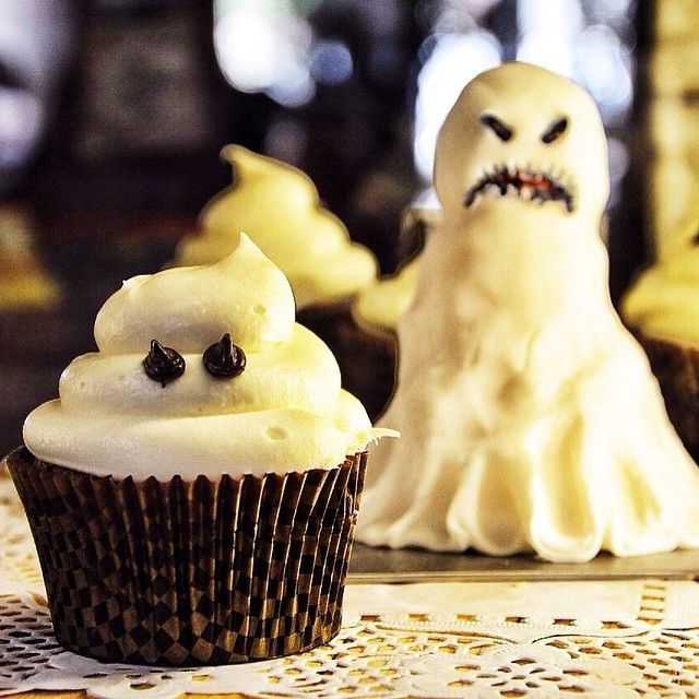 Boo! Ghost! Το φάντασμα μας εχει γεύση σοκολάτας, butterscotch με απαλή βουτυρόκρεμα με κρεμα τυρί.