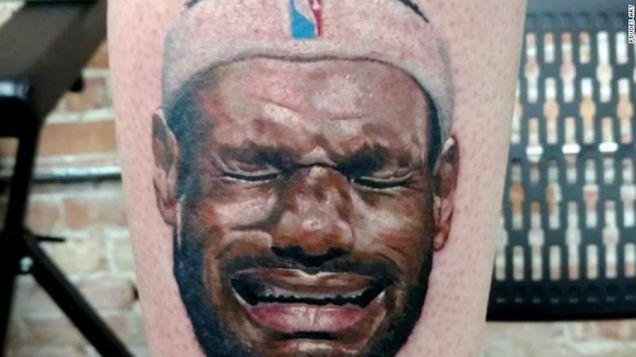Aquí Es Un Ridículo Y Perfecta De Deportes Del Tatuaje