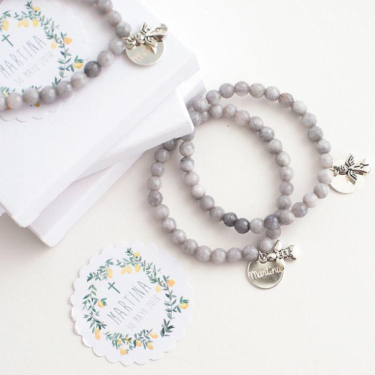Pulseras de perlas de cuarzo para regalar a los invitados de un bautizo. Detalles para invitados personalizados.