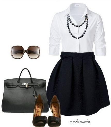 Blusa blanca, falda negra con zapatos y bolsa negros