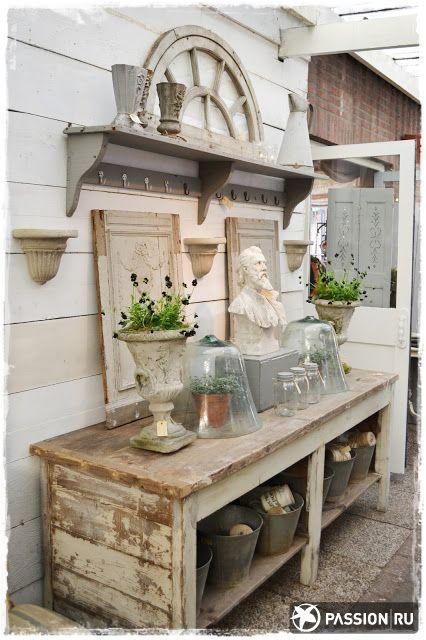 Уголок садовода: жестяные ведра и бюст. Шебби-шик позволяет сочетать абсолютно разные вещи, главное, соблюдать общий тон и настроение