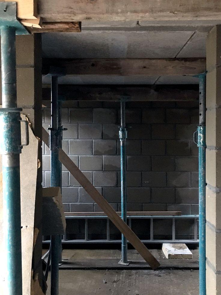 Uitvoering,  De garage, wasruimte en de berging bevinden zich in het souterain. De stempels ondersteunen de pas gesorte betonvloer.