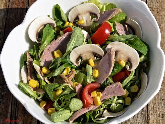 Insalata con funghi champignon e tonno, un'idea leggera - appena 200 calorie - per la tua pausa pranzo dal blog La via delle spezie