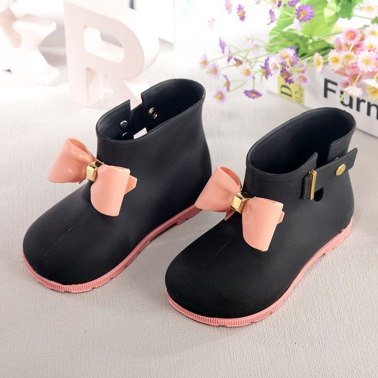 Girls rubber rain boots with bow accent. Super cute and totally fashionable this spring! Available in a variety of colors and sizes to match any outfit. Shippin