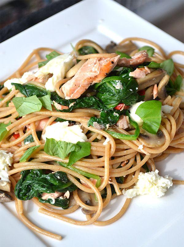 Volkoren knoflookspaghetti met spinazie en zalm || volkorenspaghetti, knoflook, chilipeper, champignons, bladspinazie, verse zalmmoot, mozzarella, verse basilicum, peper en zout