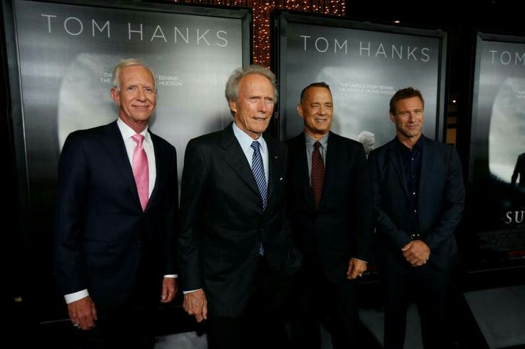 "Capitanul Chesley ""Sully"" Sullenberger, la stânga, se alătură regizorului ""Sully"" Clint Eastwood, din stânga, Tom Hanks și Aaron Eckhart, la premiera în Los Angeles, pe 8 septembrie 2016"