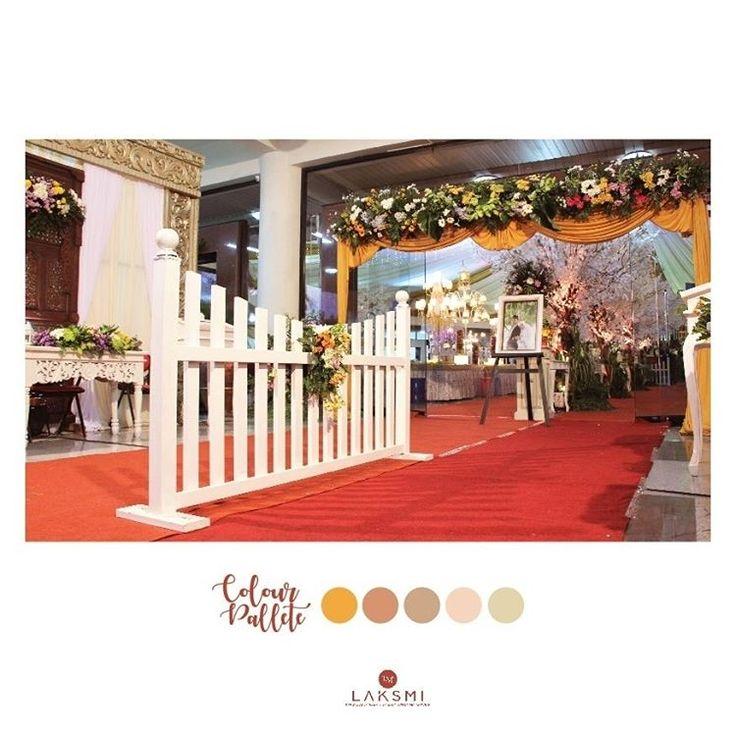 Area depan pintu masuk ke dalam ruangan acara pernikahanmu Disambut dengan berbagai rangkaian bunga warna warni yang bertengger di atas pintunya